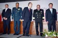 Foto: El presidente electo Felipe Calderón con los nuevos integrantes del gabinete de seguridad: Genaro García Luna, en SSP; Guillermo Galván, en la Secretaría de la Defensa; Mariano Francisco Saynez, en Marina, y Eduardo Medina Mora, en la PGR, en un hotel capitalino