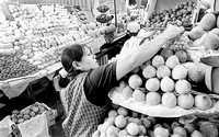 Si en diciembre de 2000 el salario mínimo servía para comprar 28 por ciento de los productos incluidos en la canasta básica, para agosto de este año sólo se podían adquirir 22.5 por ciento. La imagen, en el mercado de Coyoacán