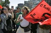 No fue condenado, funerales de Estado, pedían simpatizantes de Augusto Pinochet ayer afuera del hospital militar donde falleció el ex dictador. En la imagen derecha, los oponentes que festejaron al grito de: