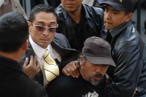 Integrantes del EMP reprenden a manifestantes que protestaban contra Felipe Calderón, quien escuchaba el informe de Mariano Azuela