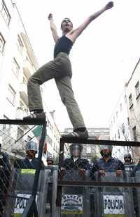 Desde los balcones, vecinos sitiados por la policía vitorearon a los marchistas