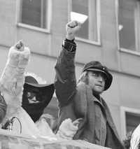 Lennon, junto con su esposa Yoko Ono, en una protesta por la invasión de las tropas inglesas a Irlanda del Norte frente a las oficinas British Overseas Airways, en Nueva York, el 5 de febrero de 1972