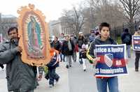 Familiares de migrantes mexicanos detenidos en las redadas recientes contra indocumentados se manifestaron frente a la Casa Blanca para exigir al presidente George W. Bush declare moratoria a dichas acciones