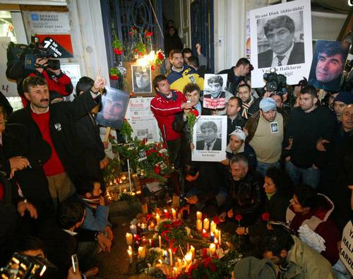 Manifestantes repudian el asesinato en Estambul del director del semanario Agos