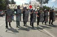 Paso de la escolta de la Justicia Violada, durante la megamarcha de la APPO del sábado pasado en Oaxaca