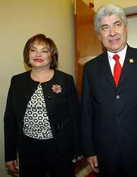 Elba Esther Gordillo Morales y el titular de Gobernación, Francisco Ramírez Acuña, al llegar a Bucareli