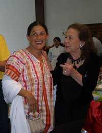 La actriz Jesusa Rodríguez y Rosario Ibarra durante la celebración del 80 aniversario de la senadora