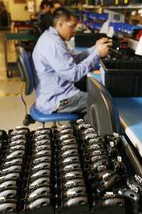 Producción en línea de la pistola Taser X26 en la sede de la empresa en Arizona. Esta pistola emite descargas que atontan al objetivo por 30 segundos. Viene en varios colores y cuesta 300 dólares