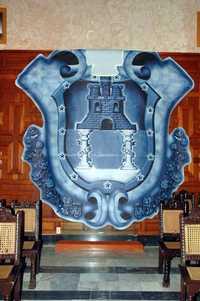 En la sala de cabildos del ayuntamiento porteño se encuentra una réplica del escudo oficial de la ciudad de Veracruz, pintado de azul por instrucciones del alcalde Julen Rementería. Uno de sus colaboradores dijo que no se necesitaba permiso para hacer este cambio