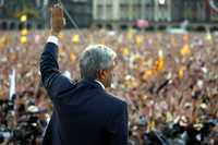 Andrés Manuel López Obrador durante la votación en el Zócalo de la ciudad de México, donde se llevó a cabo la primera asamblea de la Convención Nacional Democrática el año pasado