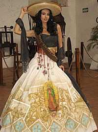 Ampliar la imagen Rosa María Ojeda porta el traje típico con el tema