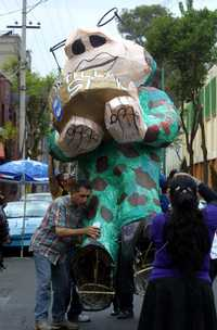 La figura de Felipe Calderón es trasladada al lugar donde más tarde fue enjuiciado y quemado, como parte del tradicional festejo de los Judas