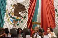 Irene Aragón, Claudia Cruz, Aidé García, Carlos Fazio y Sanjuana Martínez, durante su participación en el foro que se llevó a cabo en la Cámara de Diputados