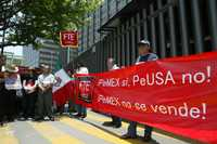 Foto: Miembros del Frente de Trabajadores de la Energía en México se manifestaron frente a la torre de Pemex para rechazar las reformas a la Ley del ISSSTE y pronunciarse contra la eventual privatización de Petróleos Mexicanos