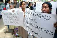 Integrantes de diversas organizaciones campesinas se manifestaron contra el titular de la Sagarpa, Alberto Cárdenas Jiménez, frente al hotel donde se realizaba el foro de consulta del Plan Nacional de Desarrollo