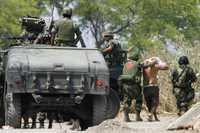 Elementos del Ejército Mexicano detienen a una persona en las inmediaciones de Apatzingán