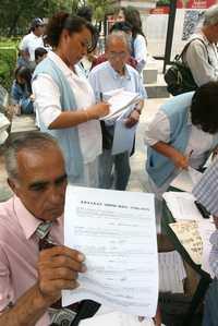 Ciudadanos acuden al Hemiciclo a Juárez a tramitar sus amparos contra las reformas a la Ley del ISSSTE