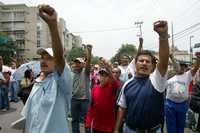 Miembros del CNTE se manifiestan frente a la sede del Partido Acción Nacional