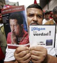Un simpatizante del presidente venezolano, Hugo Chávez, en una marcha contra la renovación concesionaria al canal RCTV