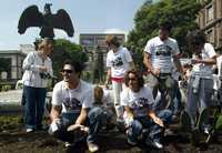 Actores y activistas, durante la siembra de granos de maíz