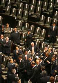 Ante los sillones vacíos de perredistas y petistas, el presidente Felipe Calderón ingresa al salón de plenos del Palacio Legislativo de San Lázaro para cumplir con la entrega de su primer Informe de gobierno