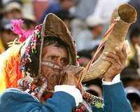 Un indígena boliviano toca el pututu, instrumento originario del altiplano, durante la reunión del lunes en Sucre con el presidente Evo Morales