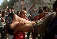 Palestinos trasladan el cuerpo de un adolescente aplastado por una excavadora militar durante una incursión israelí en la franja de Gaza