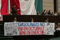 Foto: La fracción del PRD en la Cámara de Diputados se manifestó con pancartas en contra del alza de precios de los combustibles