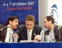 Manuel Espino, líder nacional del blanquiazul; José Espina, secretario general de ese partido, y César Nava, secretario particular del presidente Felipe Calderón, durante el inicio del Consejo Nacional panista