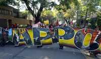 Para denunciar la situación que se vive en Oaxaca, simpatizantes de la APPO realizaron protestas ante varias embajadas, en la ciudad de México. En la imagen, la movilización frente a la representación de España