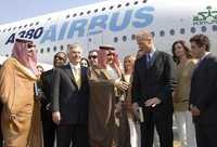 Foto: El príncipe saudita Walid ben Talal saluda al presidente de Airbus, Tomas Enders, y al director comercial de la línea, John Leahy, a su llegada a Dubai, donde concretó la compra de un A380. El multimillonario príncipe, propietario de un emporio financiero, que abarca bancos, hoteles de lujos, medios de comunicación y turismo, es el primer cliente individual en hacerse de la enorme aeronave, cuyo precio de catálogo es de 320 millones de dólares