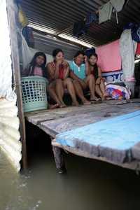 Foto: Familia damnificada por la inundación en Villahermosa