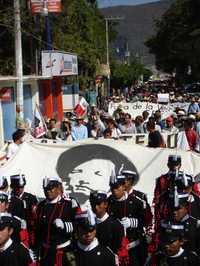 Normalistas de Ayotzinapa y de otros planteles, padres de familia e integrantes de la Asamblea Popular de Pueblos de Guerrero marcharon en Tixtla para conmemorar el 33 aniversario de la muerte del guerrillero Lucio Cabañas Barrientos