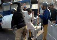 Policías paquistaníes golpean en Multan a un simpatizante de la asesinada lideresa de la oposición Benazir Bhutto, ayer durante protestas contra el gobierno de Pervez Musharraf