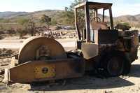 Una de las máquinas incendiadas por un grupo armado en la comunidad de Atliaca, municipio de Apango, a 30 kilómetros de Chilpancingo
