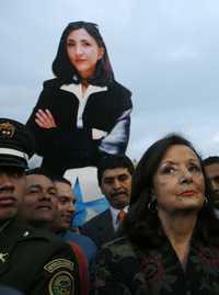 Yolanda Pulecio, mamá de la cautiva ex candidata presidencial Ingrid Betancourt, con la foto de su hija como telón de fondo, participa en Bogotá en la celebración de la liberación de Rojas y Consuelo González