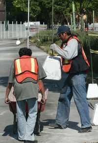 Seis de cada 10 trabajadores no cuentan con una plaza laboral estable, asevera un análisis elaborado por el Frente Sindical Mexicano. En la imagen, obras en la calzada De la Virgen y Eje 3 Oriente