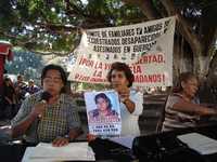 Integrantes del Comité de Familiares y Amigos de Secuestrados, Desaparecidos y Asesinados en Guerrero, durante la conferencia de prensa que ofrecieron en el zócalo de Chilpancingo para exigir la localización de las víctimas y castigo a los responsables