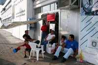 Integrantes del Sindicato Estatal de Trabajadores al Servicio de la Universidad Veracruzana, horas antes de que se levantara la huelga que comenzaron el 2 de febrero pasado para demandar mejora salarial y en prestaciones   Horacio Zamora y Miguel Carmona