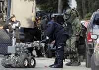 Integrantes del Agrupamiento Fuerza de Tarea de la Secretaría de Seguridad Pública local, con el apoyo de un robot antibombas, inician las maniobras para retirar los restos del explosivo detonado en avenida Chapultepec