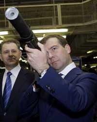 Dimitri Medvedev, candidato a la presidencia de Rusia, examina un fusil Kalashnikov, el martes pasado, durante una visita a la fábrica de armas Izhmash, en Izhevsk, mil kilómetros al este de Moscú