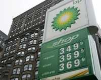 Precios de la gasolina en una estación de gas en Chicago. El precio del petróleo volvió a subir ayer lunes a más de 99 dólares el barril, debido a las bajas temperaturas en Europa y en parte de Estados Unidos, lo cual impulsó la demanda de calefacción. El crudo estadunidense avanzó 42 centavos y quedó en 99.23 dólares por barril, mientras el Brent ganó 68 centavos en Londres, para cerrar a 97.69 dólares el barril. A su vez, la mezcla mexicana cerró en 82.41 dólares por barril, un incremento de 15 centavos, con respecto al cierre del viernes pasado, informó Petróleos Mexicanos  Ap