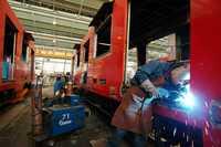 Las piezas Made in Metro con las que se han arreglado 32 trenes cumplen con las más altas normas de calidad y seguridad, afirmó el director de mantenimiento de material rodante. La imagen, en el taller de mantenimiento mayor Zaragoza