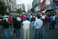 Aspecto del mitin de los trabajadores electricistas ante su sede gremial, ayer en las calles de Antonio Caso, colonia Tabacalera
