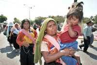 """Indígenas tzotziles pertenecientes a grupos católicos de Chiapas marcharon en solidaridad con los """"presos políticos"""" que se mantienen en huelga de hambre en el penal El Amate"""