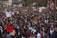 Miles de manifestantes durante la votación para aprobar el plan de acción propuesto por Andrés Manuel López Obrador para impedir que el petróleo de la nación pase a manos de particulares