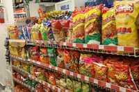 De acuerdo con datos de una investigación, en México 87 por ciento de niños y jóvenes sufren hipertensión, el 70 por ciento altos niveles de triglicéridos y 57 por ciento elevados índices de colesterol, derivado de la obesidad. En la imagen, surtido de productos chatarra en una tienda de la ciudad de México