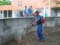 En Cárdenas, Tabasco, trabajadores desinfectan el hospital del IMSS que se inundó el domingo debido a las fuertes lluvias y fallas en el sistema de drenaje