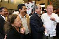 Rosario Ibarra, Pablo Gómez y Javier González Garza (derecha) celebran el acuerdo para que se debata la reforma energética