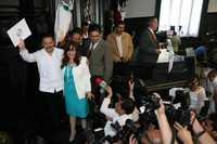 Limpieza en la tribuna. Los senadores Carlos Navarrete y Yeidckol Polevnsky, tras dar a conocer el acuerdo para realizar un debate